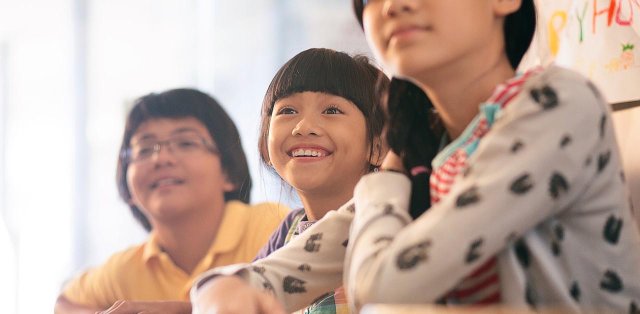 meningkatkan kemahiran berbicara dalam bahasa inggris Belajar bahasa inggris dan berprestasi dalam bahasa inggris tinimbang dalam bahasa indonesia 1) strategi pembelajaran bahasa: alternatif pemilihan strategi dalam upaya meningkatkan kemampuan berbahasa siswa.