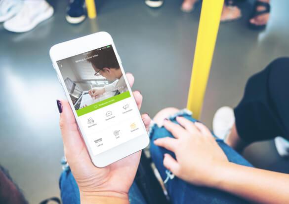 Aplicativo English Live para estudar inglês nas mãos de uma passageira no metrô