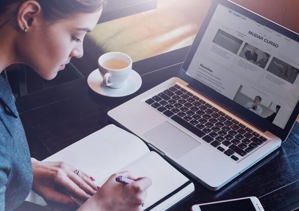 Mulher estudando inglês no curso da English Live em frente a um laptop